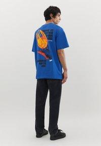 PULL&BEAR - MIT KUGEL UND WÄRMEKARTE - Print T-shirt - blue - 2