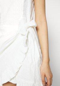 NA-KD - DETAIL DRESS - Cocktail dress / Party dress - white - 5