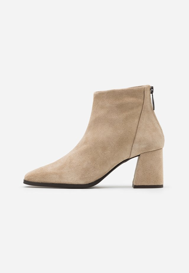 VMVIC - Ankle boot - nude
