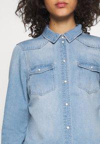 Vero Moda - VMMARIA SLIM  - Button-down blouse - light blue denim/birch - 4