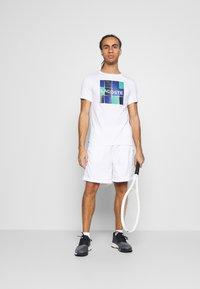 K-SWISS - HYPERCOURT EXPRESS SHORT - Pantalón corto de deporte - white/dark blue - 1