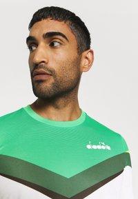 Diadora - CLAY - Camiseta estampada - holly green/white/bistro green - 3