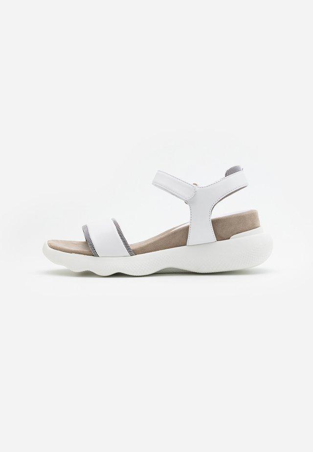 BOLO - Sandalias con plataforma - white
