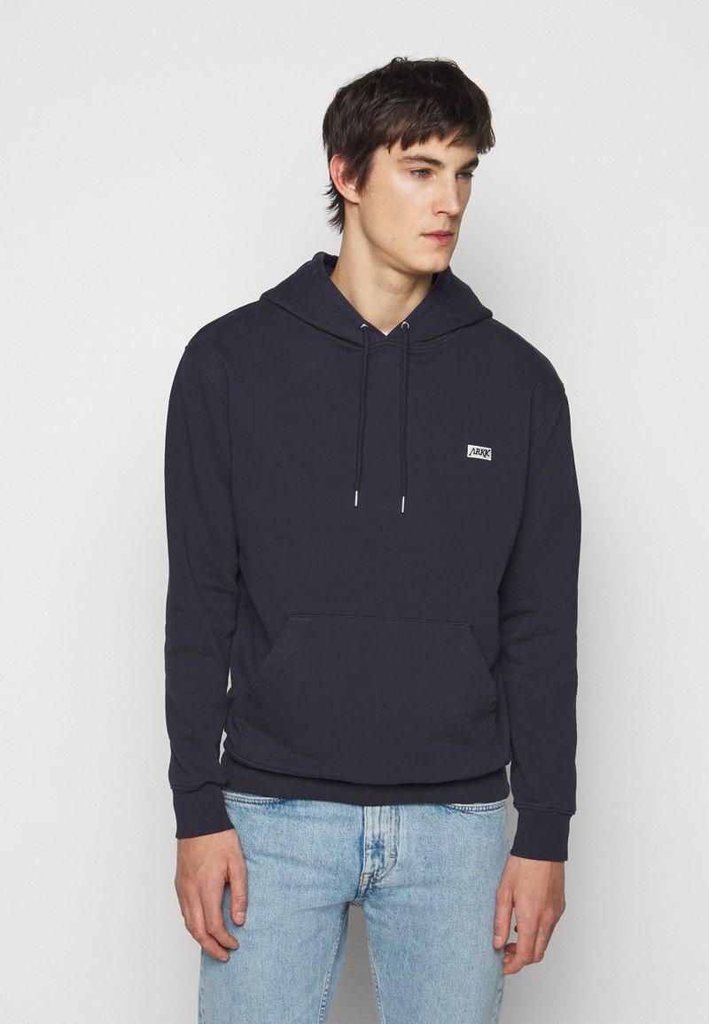 ARKK Copenhagen - BOX LOGO HOODIE - Sweatshirt - maritime blue