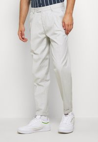 Burton Menswear London - TAPERED LINEN MIX SMART TROUSER WITH FRONT PLEAT - Kalhoty - neutral - 3