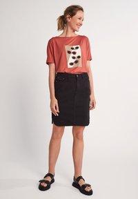 comma casual identity - Print T-shirt - tabasco sunglasses print - 1