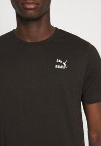 Puma - CLASSICS GRAPHICS LOGO TEE - Print T-shirt - black - 5