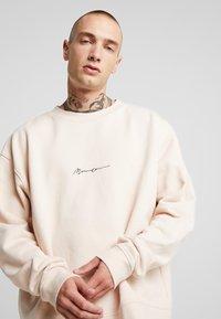 Mennace - ESSENTIAL BOXY UNISEX - Sweatshirt - beige - 2