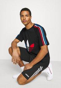 adidas Originals - TRICOL TEE UNISEX - Camiseta estampada - black - 3