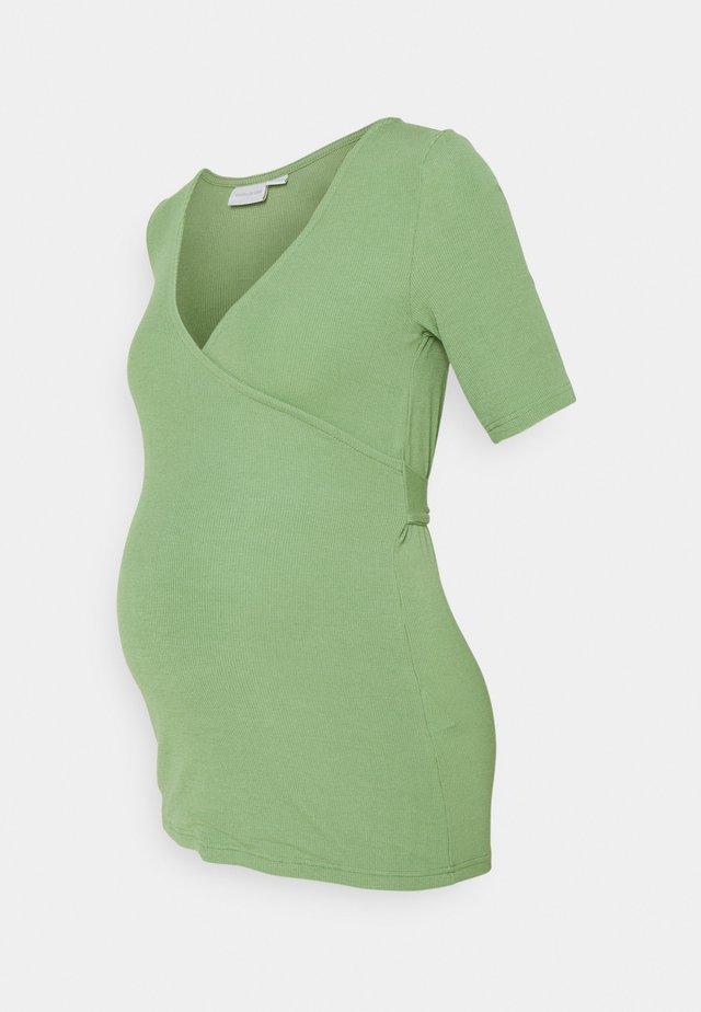 MLKOLETTE TESS - T-shirt con stampa - turf green