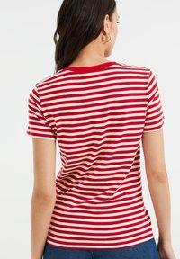 WE Fashion - Print T-shirt - bright red - 2