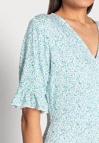 Esqualo - DRESS SHORT RUFFLE - Jerseykjoler - soft green - 4