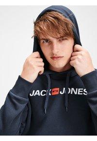 Jack & Jones - JJECORP LOGO HOOD - Luvtröja - navy blazer - 3