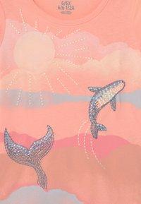 OshKosh - TIER GRAPHIC - Print T-shirt - pink - 2