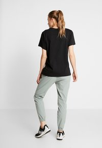 Columbia - FIRWOOD CAMP PANT - Trousers - light lichen - 2