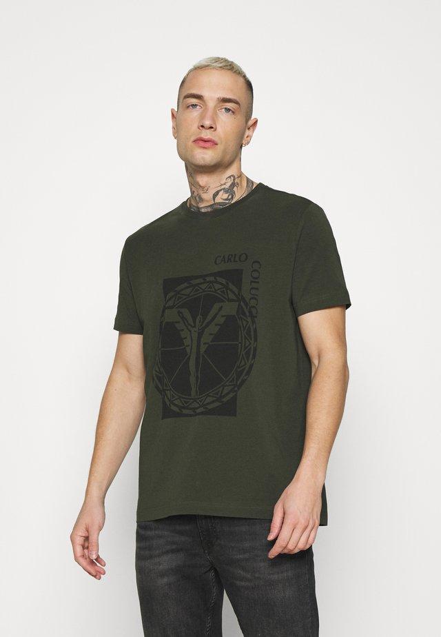 BIG LOGO - T-shirt imprimé - oliv