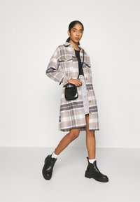ONLY - ONLHANNAH CHECK LONG SHACKET  - Classic coat - light grey melange/light brown - 1