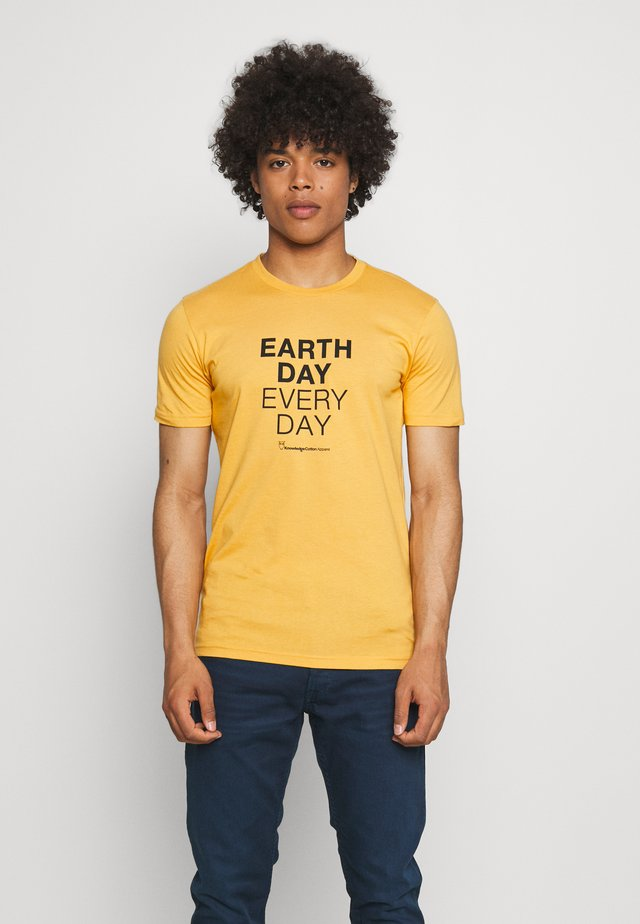 ALDER EARTHDAYEVERYDAY TEE - Triko s potiskem - honey gold