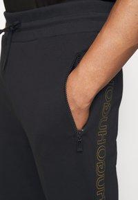 HUGO - DOKUMI  - Teplákové kalhoty - black/gold - 4