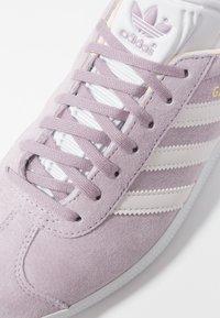 adidas Originals - GAZELLE - Sneakers laag - soft vision/orchid tint/ecru tint - 2