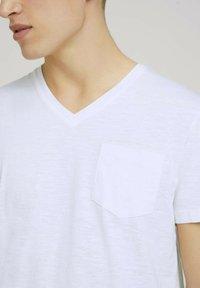 TOM TAILOR DENIM - MELIERTES MIT BRUSTTASCHE - Basic T-shirt - white - 3