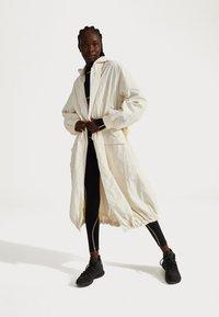 Sweaty Betty - SWEATY BETTY X HALLE BERRY KARLA JACKET - Sportovní bunda - vanilla white - 1