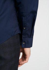 Calvin Klein Tailored - CONTRAST EASY IRON SLIM FIT SHIRT - Koszula biznesowa - blue - 3