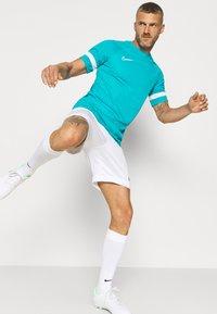 Nike Performance - ACADEMY 21 - T-shirt med print - aquamarine/white - 4