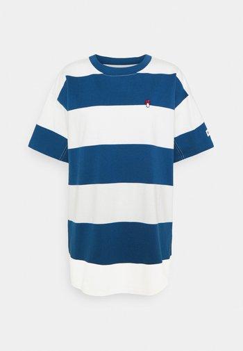 HEAVYWEIGHT ROADTRIP TEE - Print T-shirt - alyssa/estate blue