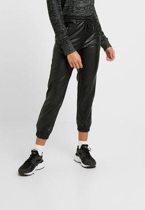 ONLBIRGITTE TOPAS STRING PANT - Pantalon de survêtement - black