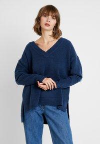 Tommy Jeans - SIDE SLIT V NECK - Pullover - black iris - 0