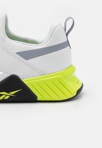 Reebok - FLASHFILM TRAIN 2.0 UNISEX - Sports shoes - cold grey/acid yellow - 5