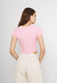 NEW girl ORDER - PIZZA RAGLAN BABY TEE - Triko spotiskem - pink/white - 2