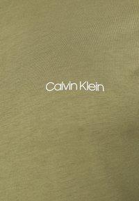Calvin Klein - CHEST LOGO - T-shirt basic - green - 5