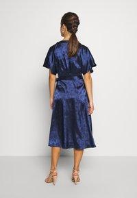 Lost Ink Petite - KIMONO WRAP SLEEVE DRESS - Robe d'été - navy - 3