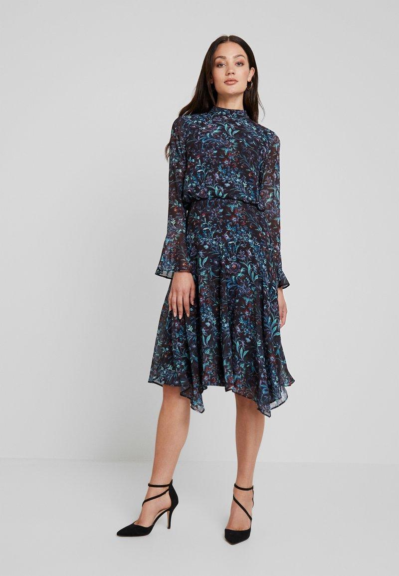 Hope & Ivy - FLUTED SLEEVE AND HANKY HEM MIDI DRESS - Vestido de cóctel - Dark blue