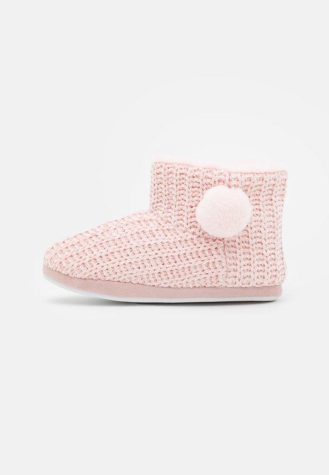 CHENILE POM BOOT - Slippers - blush