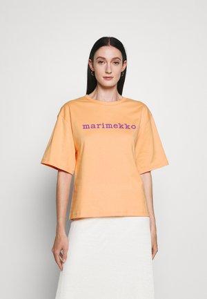 ENSILUMI LOGO SOLID SHIRT - Print T-shirt - apricot/purple