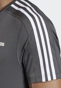 adidas Performance - DESIGN 2 MOVE 3-STRIPES T-SHIRT - T-Shirt print - grey - 4