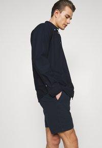 Selected Homme - SLHSTORM FLEX - Shorts - dark sapphire/mix black - 3