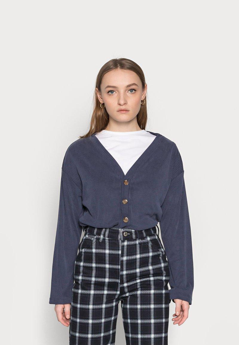 Fashion Union Petite - CLOVE - Cardigan - blue