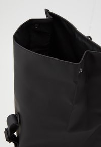 Rains - ROLLTOP MINI - Batoh - black
