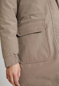 Calvin Klein Jeans - GERMANY SPECIAL PARKA - Daunenmantel - funghi - 5