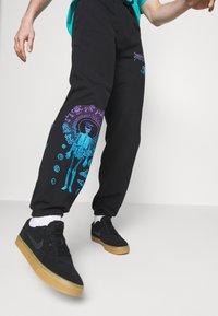 Primitive - SYSTEMS - Spodnie treningowe - black - 3
