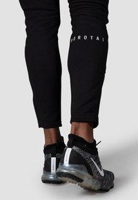 MOROTAI - NEOTECH  - Tracksuit bottoms - schwarz - 6