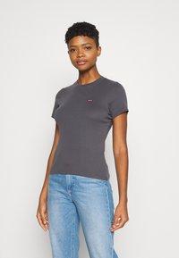 Levi's® - BABY TEE - T-shirt z nadrukiem - blackened pearl - 0