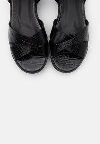 Missguided - CROSS FRONT CHUNKY SPLIT SOLE  - Sandalias con plataforma - black - 5