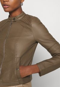 Vero Moda - VMLOVECINDY COATED JACKET - Giacca in similpelle - bungee - 5