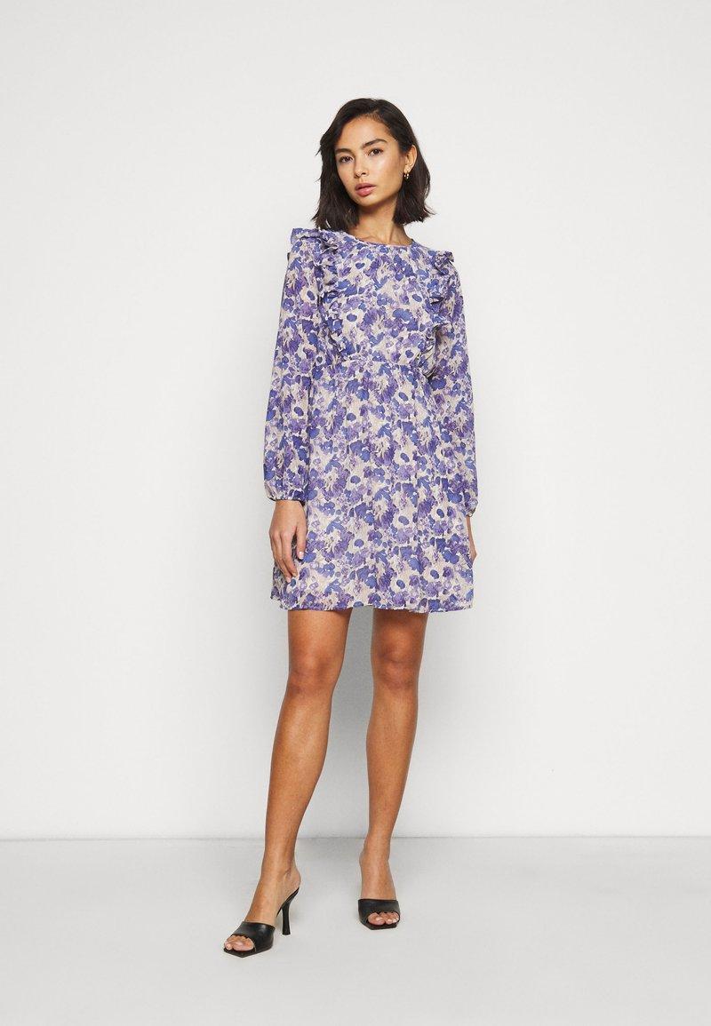 Vero Moda Petite - VMVIOLA SHORT DRESS - Kjole - birch/viola
