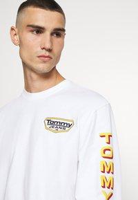 Tommy Jeans - LONGSLEEVE RETRO LOGO TEE - Long sleeved top - white - 3